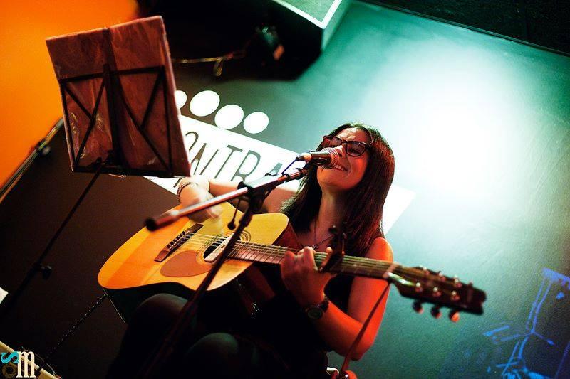 ARiMagritte cantando en El Contrabajo Club por Sara Miranda